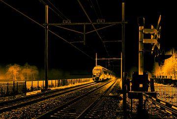 Ein typischer Niederländischer Zug kommt aus dem Nebel und passiert ein Bahnübergang von Hans Post