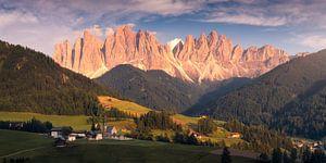 Coucher de soleil panoramique Dolomites Val di Funes sur Vincent Fennis