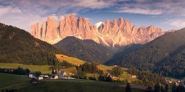 Dolomieten Val di Funes Panorama Zonsondergang van Vincent Fennis