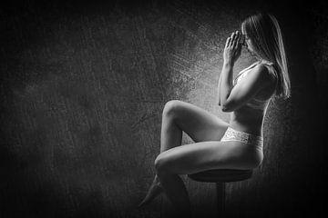 Fit Frau in Dessous mit ihren Händen zusammen vor ihrem Gesicht von Retinas Fotografie