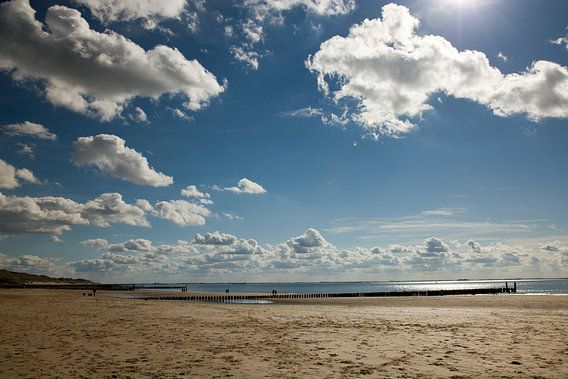 Witte wolken blauwe lucht aan het strand