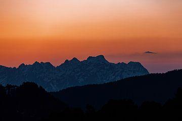Atmosphärisch warmes Licht bei Sonnenuntergang in den Alpen von Hidde Hageman