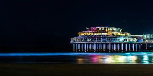 Kleurrijke avond opname van de pier van Scheveningen