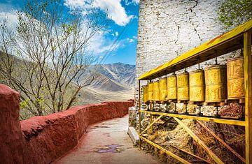 Gebedsmolens bij het klooster van Nedong, Tibet van Rietje Bulthuis
