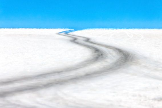 Weg door de zoutwoestijn van de Salar de Uyuni in Bolivia