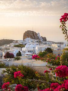Witte huisjes en roze bougainville bloemen op het Eiland Amorgos in Griekenland van Teun Janssen
