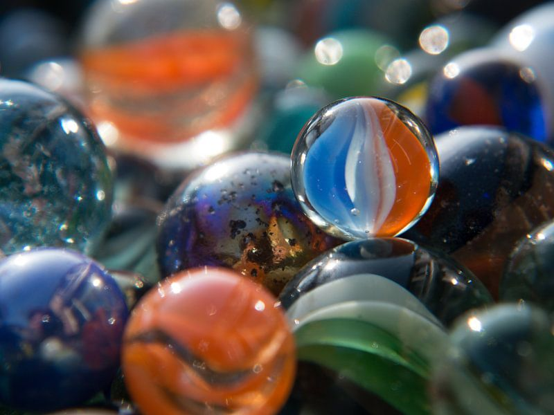 Knikkers, marbles close-up, des billes, murmeln van Evelien Brouwer