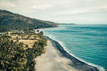 Tropisch strand en blauwe zee op Lombok, Indonesië van Expeditie Aardbol