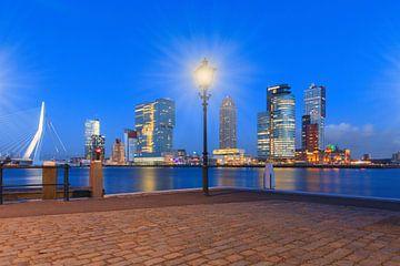 schemering valt over de moderne architectuur op de Rotterdamse Kop van Zuid sur gaps photography
