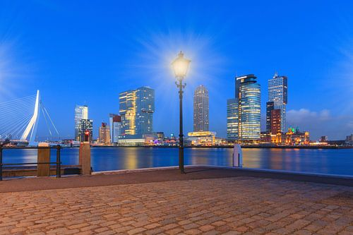 schemering valt over de moderne architectuur op de Rotterdamse Kop van Zuid