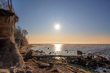 Abendsonne mit im Wasser reflektierten Strahlen an der Steilküste der deutschen Insel Poel in der Os von Maren Winter