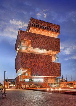 Verlichte MAS Museum bij schemer met geplaveide straat, Antwerpen 1 van Tony Vingerhoets