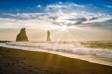 Reynisdrangar-Spitzen vor dem Reynisfjara Strand von Melanie Viola