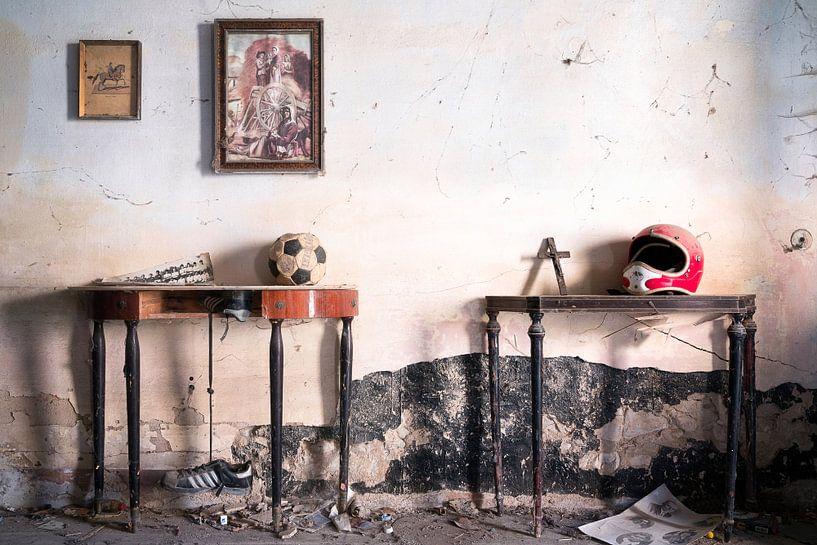 Verlassene Sachen in einer verfallenen Behausung. von Roman Robroek