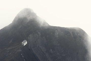 Sicht auf die kleine Klimsenhorn Kapelle im Pilatus Gebirge von Besa Art