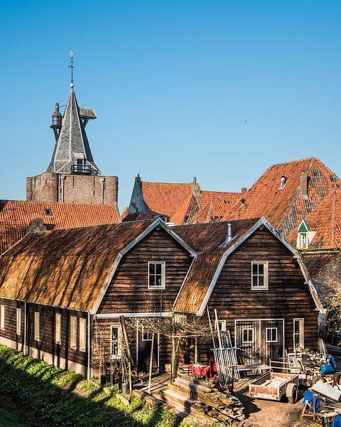Zicht op houten huizen en entreepoort van het IJsselmeerstadje Elburg van Harrie Muis
