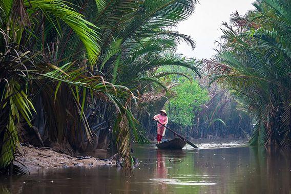 Roeien in de regen in de Mekongdelta, Vietnam