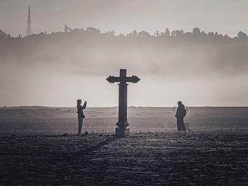 Silhouet van kruisbeeld in mist, Java, Indonesia van Daan Duvillier