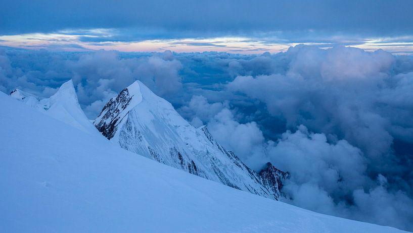 Berglandschap vanaf Dôme du Goûter, Mont Blanc, Frankrijk tijdens zonsopgang of zonsopkomst van Frank Peters