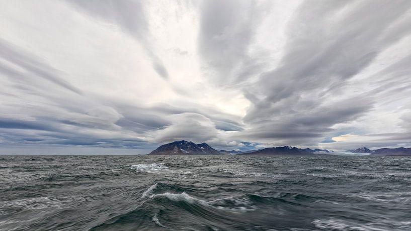 Wolkenlucht boven Spitsbergen van Cor de Bruijn