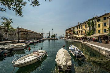 Bootjes in Lazise sul Garda (I) van Martine Dignef