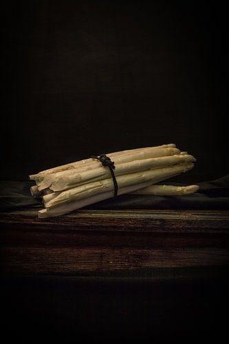 Stillleben mit Spargel auf antikem Tisch von Wout Kok