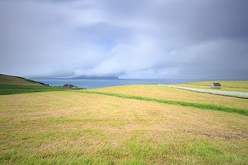 Wolken über der Insel Koltur von Sydradalur auf den Färöer-Inseln aus von Erik Vergunst