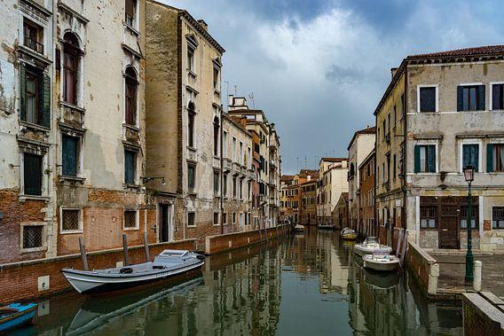 Oude huizen aan het water in Venetië