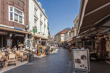 Gezellige straatjes in centrum   Valkenburg  von John Kreukniet