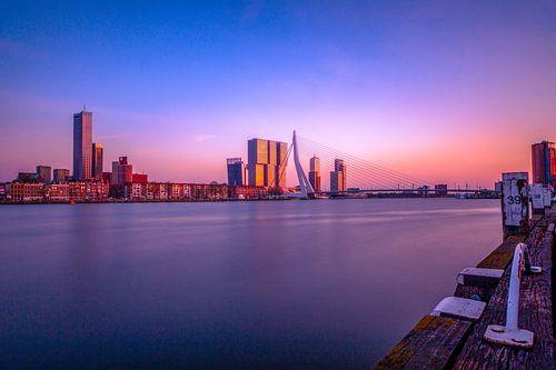 Stadsgezicht Rotterdam met de Erasmusbrug tijdens zonsondergang