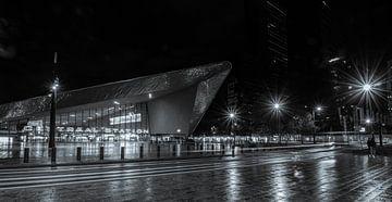 Een rustig Rotterdam Centraal station bij een regenachtige herfstavond van Arthur Scheltes