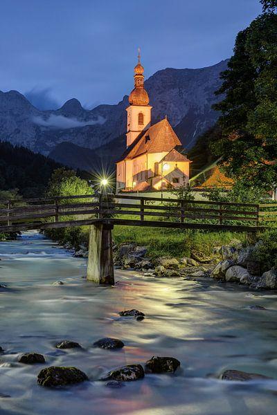 Church in Ramsau in the evening van Michael Valjak