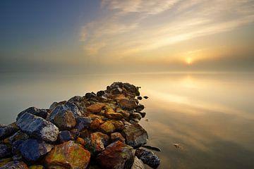 Golfbreker aan het IJsselmeer van John Leeninga