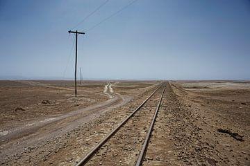 Eisenbahn durch die Wüste Farallon de Tara in Chili von Tjeerd Kruse