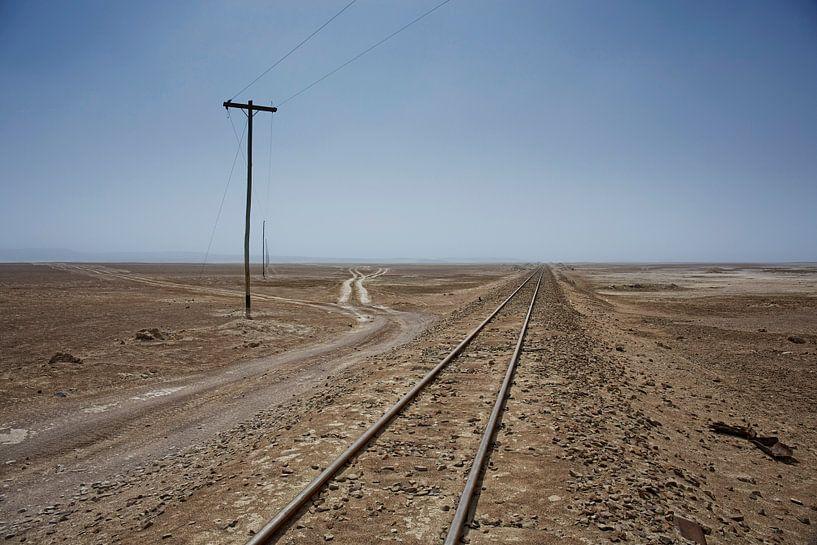 Spoorweg door de Farallon de Tara woestijn in chili van Tjeerd Kruse