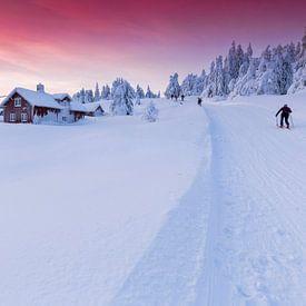 Zonsondergang in Sjusjøen nabij Lillehammer Noorwegen van Rob Kints
