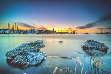 Ansicht der Stadtfront von Kampen von der IJssel während des Sonnenuntergangs von Fotografiecor .nl