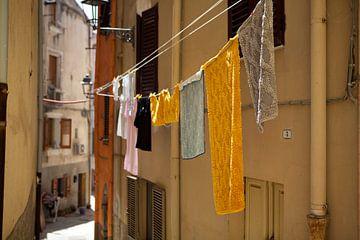 Waslijn in Bosa, Sardinië van Kees van Dun
