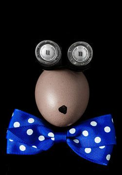 Surrealistische fantasiefiguur gevormd door een ei, een scheerapparaat en een vlinderdas van Hans Post