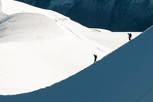 Alpinisten dalen een sneeuwbrug af