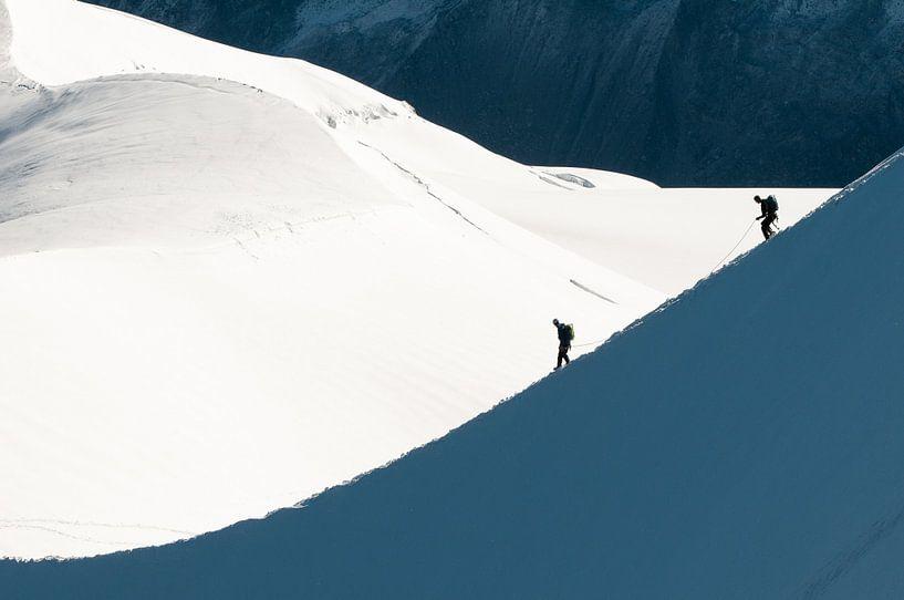Alpinisten dalen een sneeuwbrug af van John Faber