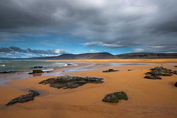 Raudisandur la plage rouge sans fin dans les fjords occidentaux sur Gerry van Roosmalen