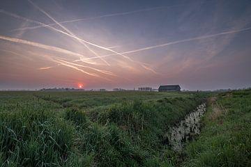 Schuur in weiland met zonsopkomst 03 van Moetwil en van Dijk - Fotografie
