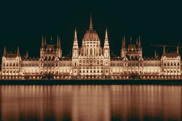 Budapester Parlamentsgebäude in der Dunkelheit von Sophia Eerden