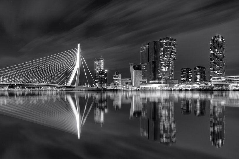 Rotterdam skyline zwart wit van Fotografie Ronald