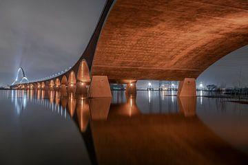 Brug over rivier met hoog water van Bob Janssen