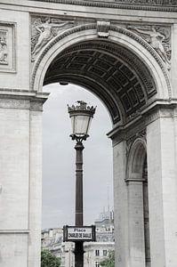 Onder de Arc de Triomphe van