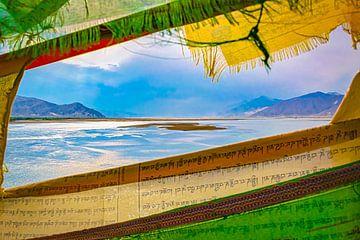 Berglandschaft Tibet, gesehen durch Gebetsflaggen von Rietje Bulthuis