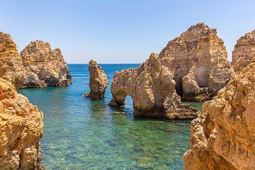 Felsen im seichten blauen Meer auf der portugiesischen Küste von