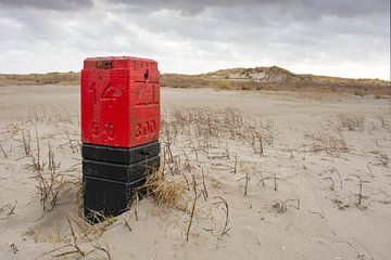 Strandpaal 14 op het strand van Waddeneiland en Nationaal Park Schiermonnikoog. van